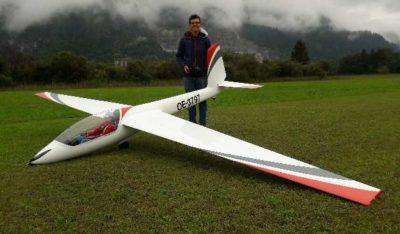 Ein zufriedener Pilot nach gelungenem Erstflug