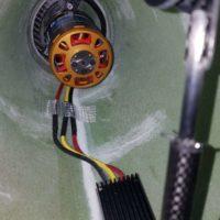 Der eingebaute Motor mit Regler Mezon 135 OPTO